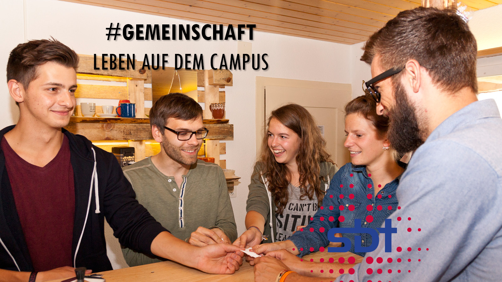 Studierende haben Gemeinschaft auf dem Campus