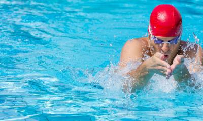 Schwimmer, der eintaucht