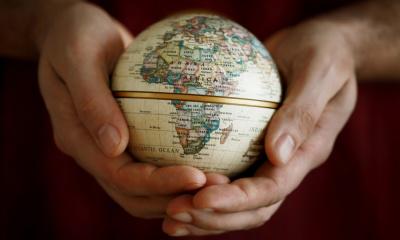 Hand mit Weltkugel
